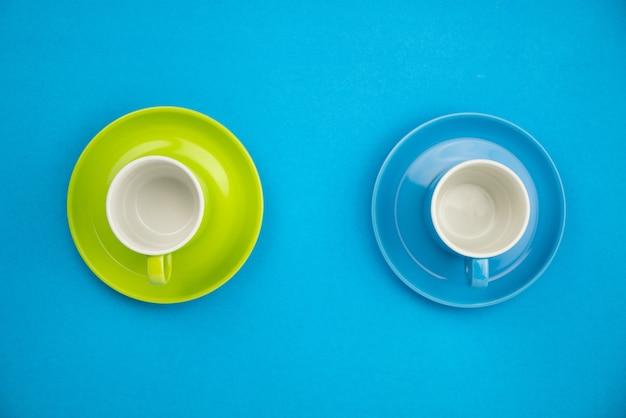Kleurrijke koffiekop op blauw Premium Foto