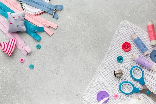Kleurrijke leuke accessoires voor het naaien van bovenaanzicht Gratis Foto