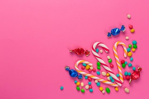 Kleurrijke lollys op een roze achtergrond Premium Foto