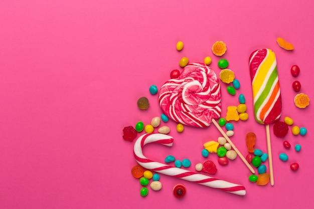 Kleurrijke lollys op een roze Premium Foto