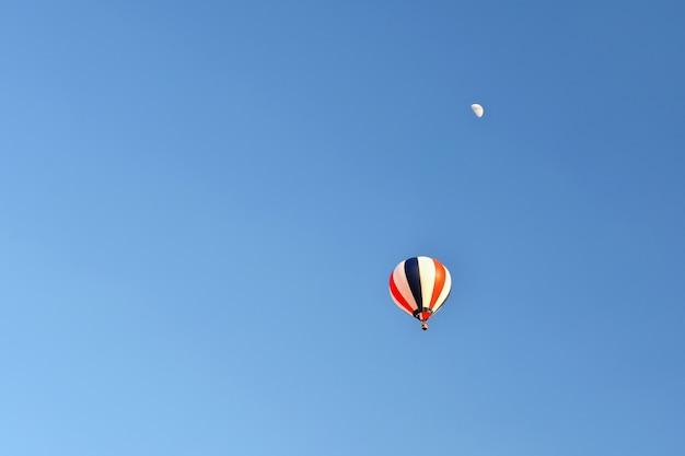Kleurrijke luchtballon vliegen bij zonsondergang. natuurlijke kleurrijke achtergrond met lucht. Gratis Foto