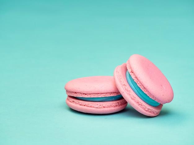 Kleurrijke macarons op een blauwe achtergrond Premium Foto
