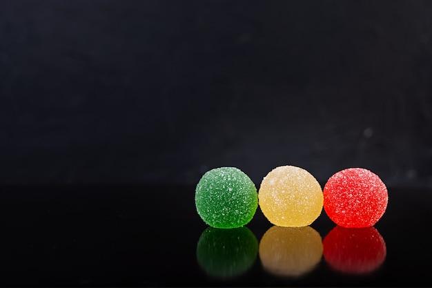 Kleurrijke marmelade geïsoleerd. heerlijke jujube-ballen. Premium Foto