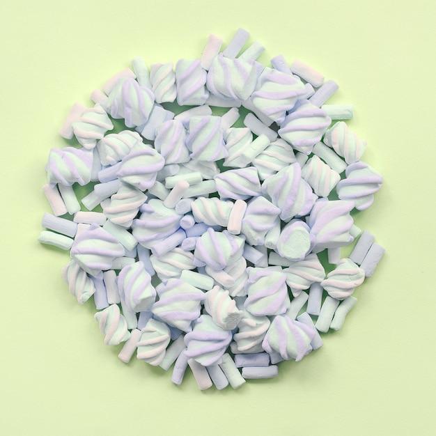 Kleurrijke marshmallowsamenstelling Premium Foto