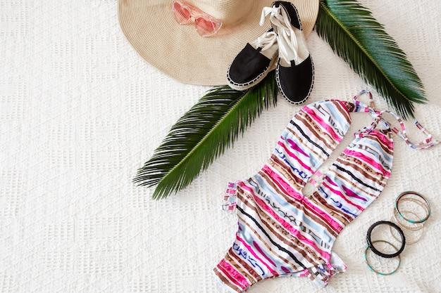 Kleurrijke mode zomerkleding voor dames plat leggen. Gratis Foto