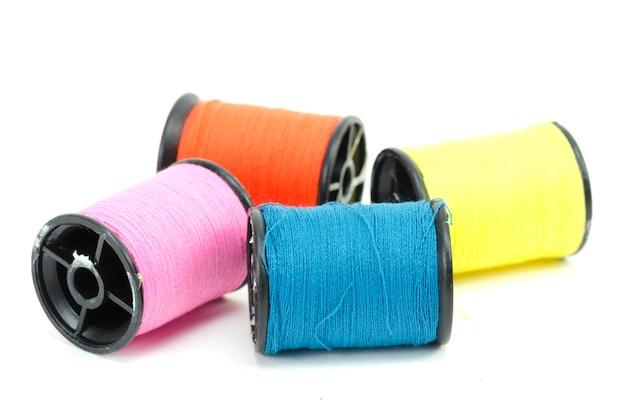 Kleurrijke naaiende geïsoleerd threads Premium Foto