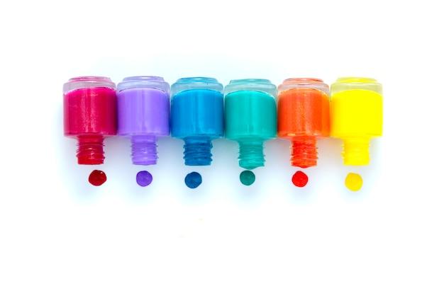Kleurrijke nagellakflessen op wit, exemplaarruimte Premium Foto