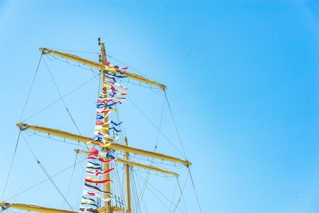 Kleurrijke nautische zeilen vlaggen die in de wind vliegen Premium Foto