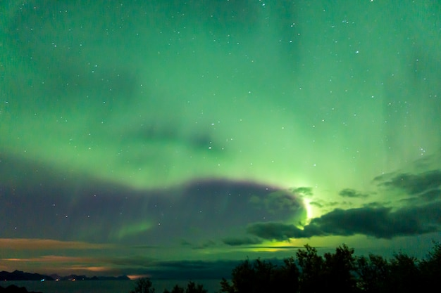 Kleurrijke noorderlicht aan de hemel Premium Foto