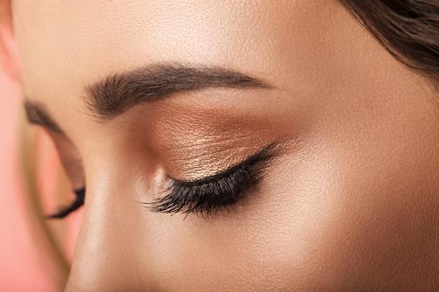 Kleurrijke oog make-up close-up. Premium Foto