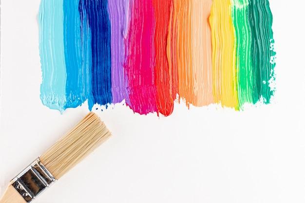 Kleurrijke penseelstreken en penseel Gratis Foto