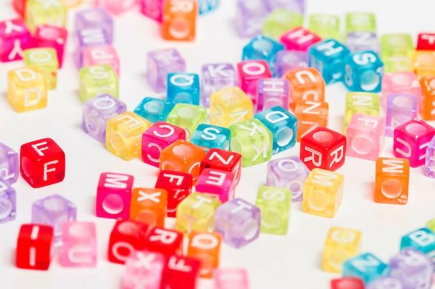 Kleurrijke plastic kralen met letters Premium Foto