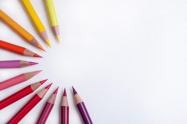 Kleurrijke potloden in een cirkel Gratis Foto