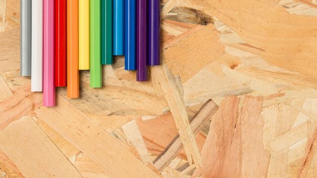 Kleurrijke potloden in warme en koude tinten Gratis Foto