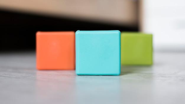 Kleurrijke reeks kubussen op vloer Gratis Foto