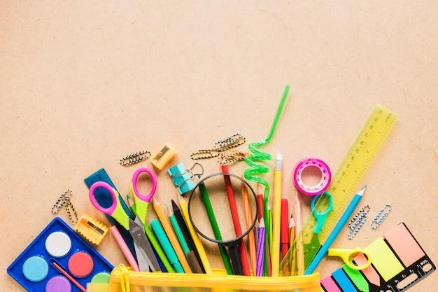 Kleurrijke schoolbenodigdheden op effen achtergrond Gratis Foto