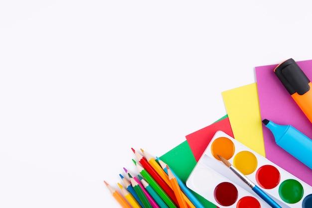 Kleurrijke schoollevering die op wit wordt geïsoleerd Premium Foto