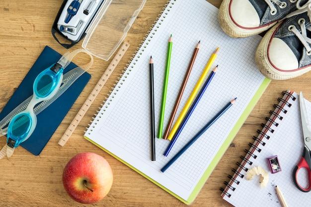 Kleurrijke schooltoebehoren op lijst Gratis Foto