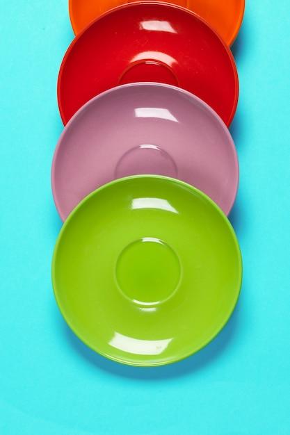Kleurrijke schotels op een levendige lichte achtergrond Premium Foto