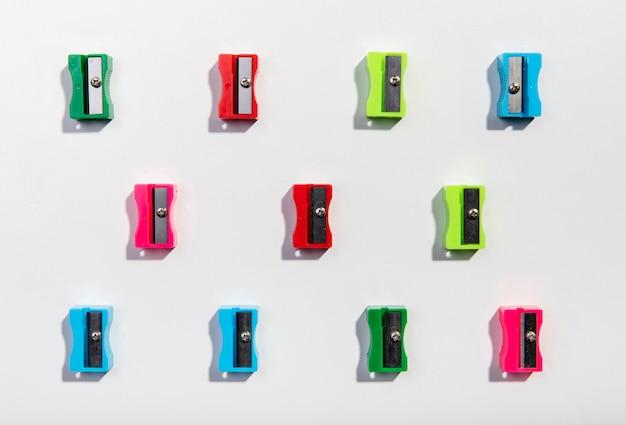 Kleurrijke slijpers regeling op minimalistische achtergrond Gratis Foto