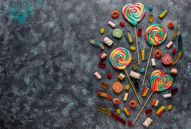 Kleurrijke snoepjes, gelei en marmelade, bovenaanzicht Gratis Foto