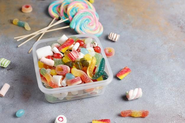 Kleurrijke snoepjes, gelei en marmelade, ongezonde snoepjes. Gratis Foto
