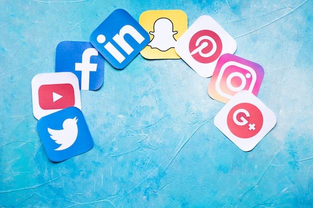 Kleurrijke sociale media pictogrammen op geschilderde blauwe achtergrond Gratis Foto