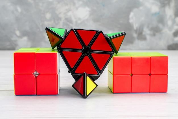 Kleurrijke speelgoedconstructies ontworpen gevormd op licht, speelgoedplastic Gratis Foto