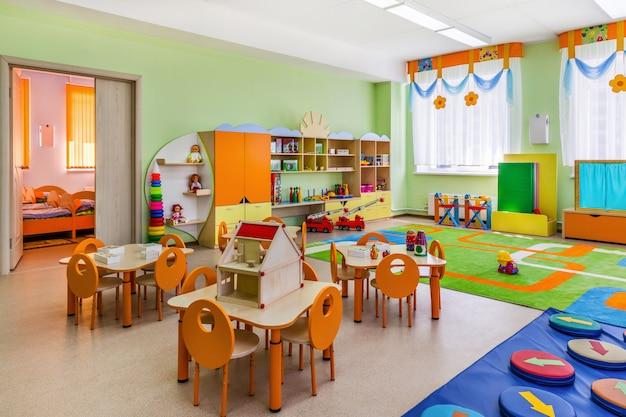Kleurrijke speelkamer met speelgoed in de kleuterschool Premium Foto