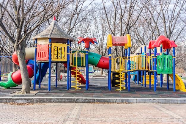 Kleurrijke speelplaats op werf in het park Premium Foto