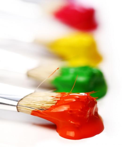 Kleurrijke verf en borstels Gratis Foto