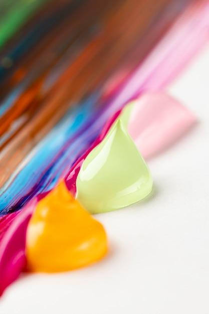 Kleurrijke verf op witte tafel Gratis Foto
