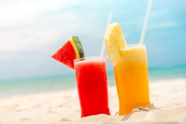 Kleurrijke verfrissende koude tropische fruit smoothiedranken Premium Foto
