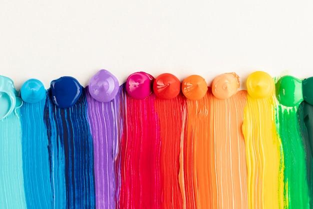Kleurrijke verfslepen op witte achtergrond Gratis Foto