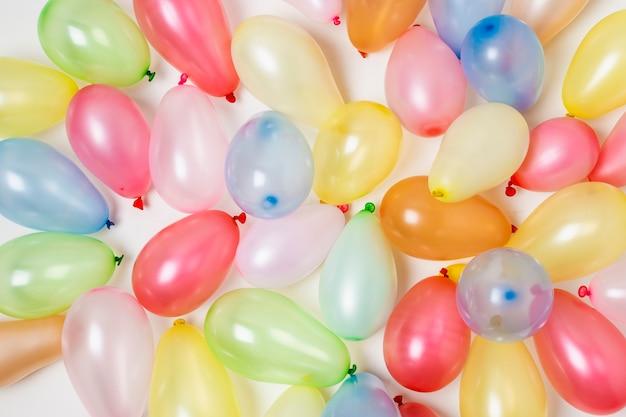 Kleurrijke verjaardag ballonnen achtergrond Gratis Foto