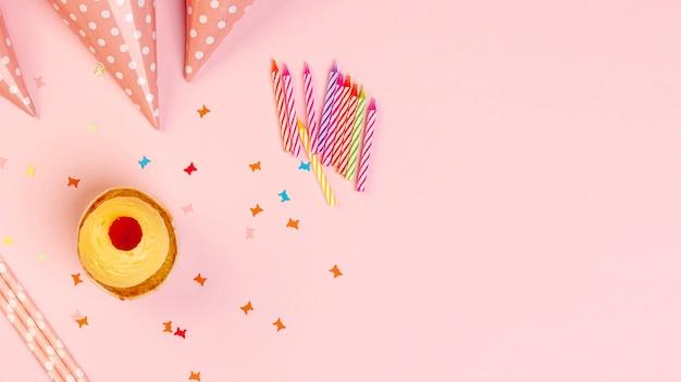 Kleurrijke verjaardagsornamenten met exemplaarruimte Gratis Foto