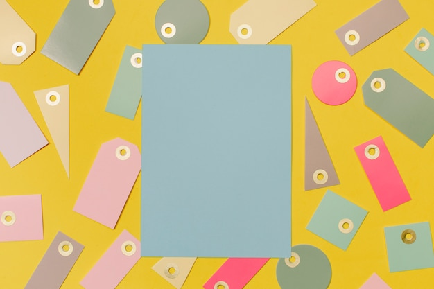 Kleurrijke verkoopetiketten om te winkelen en blauw papier voor mock up Gratis Foto
