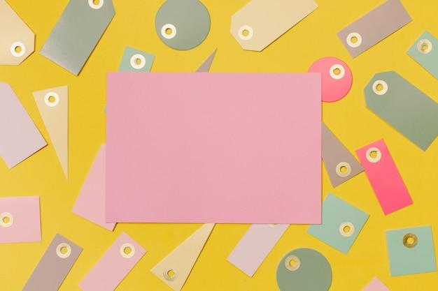 Kleurrijke verkoopetiketten om te winkelen en roze papier om te bespotten Gratis Foto