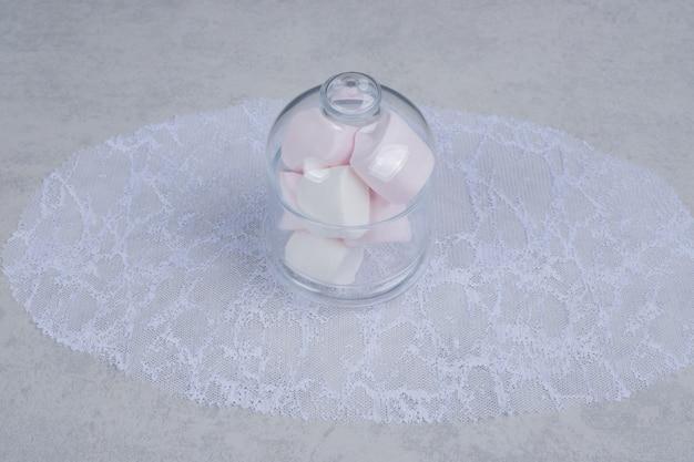 Kleurrijke zachte marshmallows in glazen pot. hoge kwaliteit foto Gratis Foto