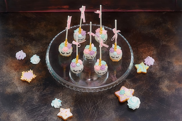Kleurrijke zoete cake springt eruit Premium Foto