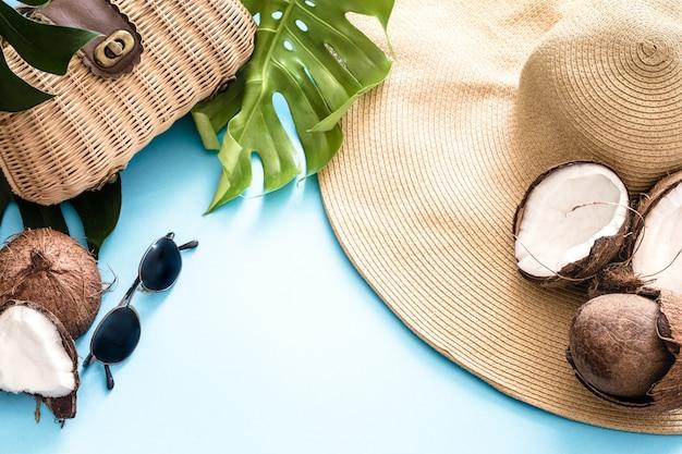 Kleurrijke zomer met kokosnoten en strand hoed Gratis Foto