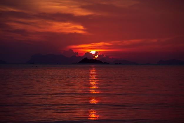 Kleurrijke zonsondergang over kalm zeewater. Premium Foto