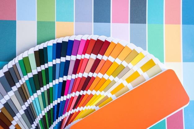 Kleurstalen van grafisch ontwerpers die op bureautafel zetten. Premium Foto