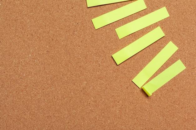 Kleverige nota's met exemplaarruimte op cork raad Premium Foto
