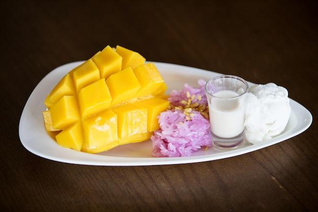 Kleverige rijstmango met kokosmelk. Premium Foto