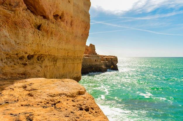 Kliffen in benagil, dorp van de portugese algarve Premium Foto
