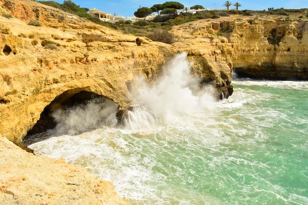 Kliffen inbenagil, dorp van de portugese algarve Premium Foto