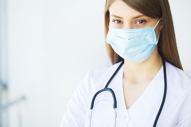 Kliniek. glimlachende jonge arts in het ziekenhuisgang Premium Foto