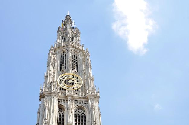 Klokkentoren van de onze-lieve-vrouwekathedraal, in gotische stijl, is een rooms-katholieke kathedraal in antwerpen, belgië Premium Foto