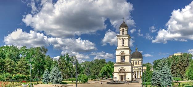 Klokketoren in chisinau, moldavië Premium Foto
